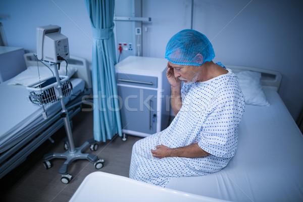 Triste paziente seduta letto mano testa Foto d'archivio © wavebreak_media
