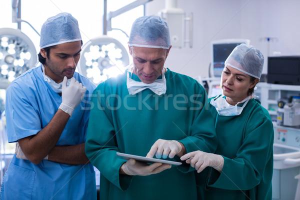 Squadra chirurghi digitale tablet operazione Foto d'archivio © wavebreak_media