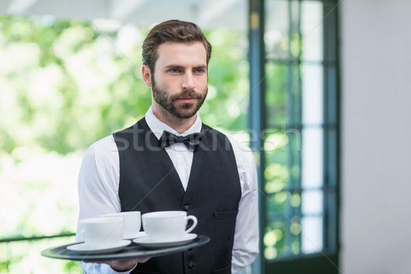 Férfi pincér tart tálca kávéscsészék étterem Stock fotó © wavebreak_media