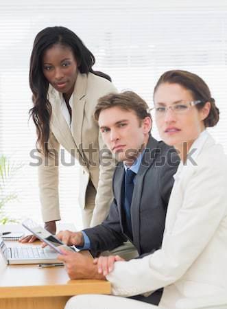 Mulher entediado apresentação mulher jovem computador trabalhar Foto stock © wavebreak_media