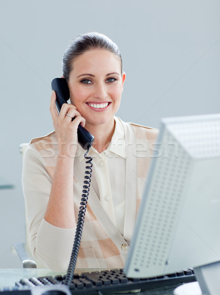 Enthousiast zakenvrouw praten telefoon kantoor telefoon Stockfoto © wavebreak_media