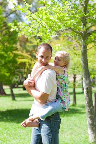 Animado padre hija a cuestas familia sonrisa Foto stock © wavebreak_media