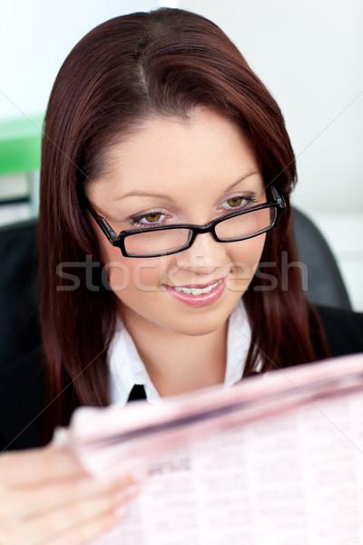 Stockfoto: Jonge · zakenvrouw · lezing · krant · kantoor