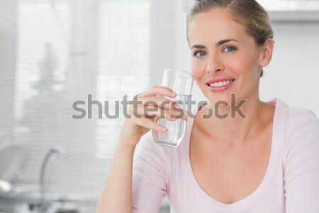 Glimlachende vrouw glas water keuken glimlach Stockfoto © wavebreak_media