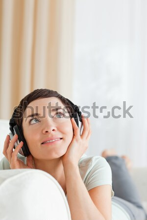 Retrato mulher ouvir música sala de estar sorrir feliz Foto stock © wavebreak_media