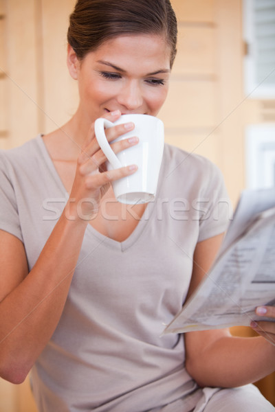 Stok fotoğraf: Genç · kadın · yudum · kahve · okuma · gazete