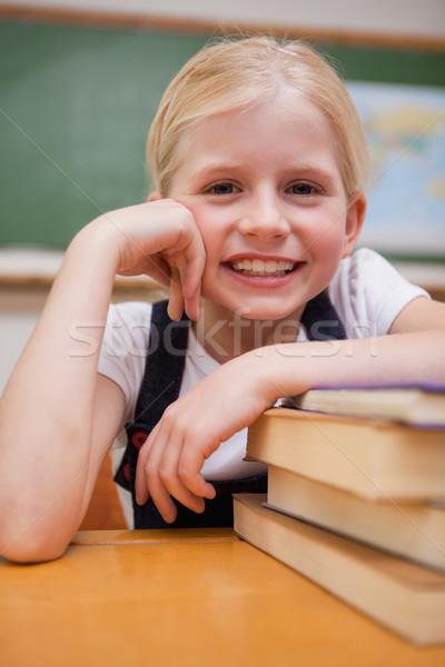 Portré mosolyog lány dől könyvek osztályterem Stock fotó © wavebreak_media