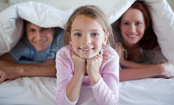 Ragazza letto coprire genitori donna sorriso Foto d'archivio © wavebreak_media