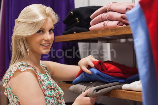Vrouw permanente plank zoeken glimlachende vrouw glimlachend Stockfoto © wavebreak_media