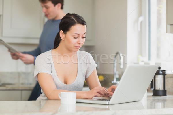 Twee mensen keuken lezing magazine werken laptop Stockfoto © wavebreak_media