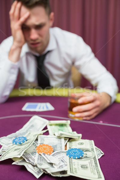 Foto stock: Hombre · whisky · vidrio · póquer · mesa