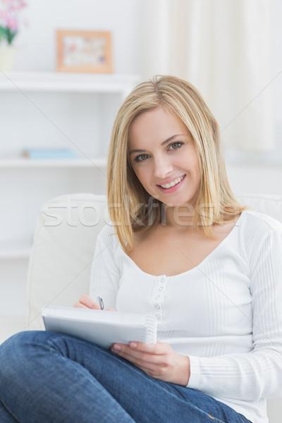 Portret szczęśliwy kobieta notatnika domu młoda kobieta Zdjęcia stock © wavebreak_media