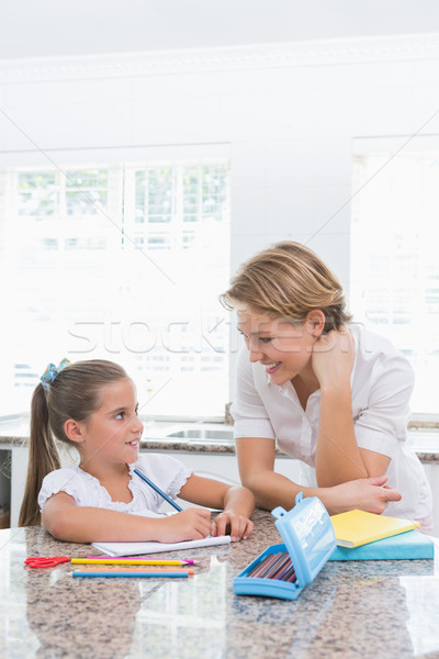 Mère fille devoirs maison cuisine femme Photo stock © wavebreak_media