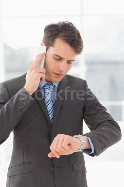 Foto stock: Sério · empresário · tempo · telefone · escritório · terno