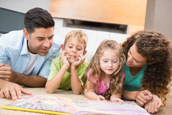 Aranyos testvérek szőnyeg olvas mesekönyv szülők Stock fotó © wavebreak_media