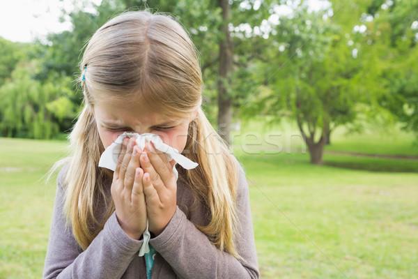 Dziewczyna dmuchanie nosa tkanka papieru parku Zdjęcia stock © wavebreak_media