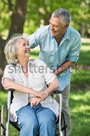 Dojrzały mężczyzna kobieta posiedzenia koła krzesło parku Zdjęcia stock © wavebreak_media