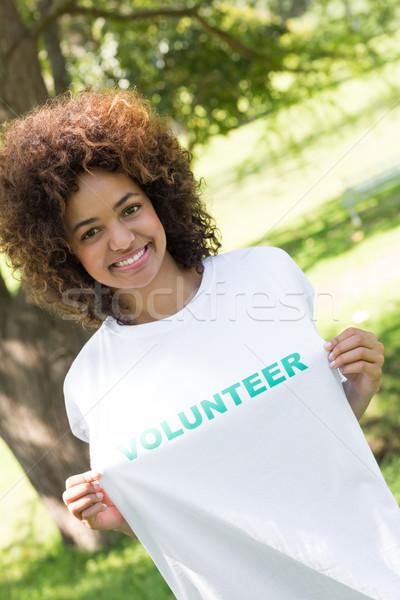 Stock fotó: Tart · önkéntes · póló · portré · mosolyog · park