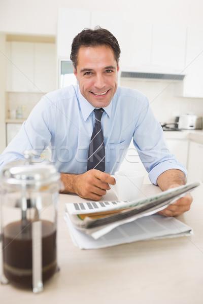 Glimlachend man koffiekopje krant portret Stockfoto © wavebreak_media