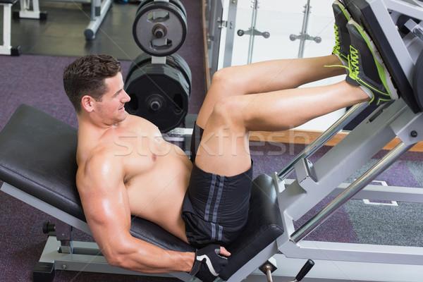 Shirtless Bodybuilder arbeiten Beine Gewicht Maschine Stock foto © wavebreak_media