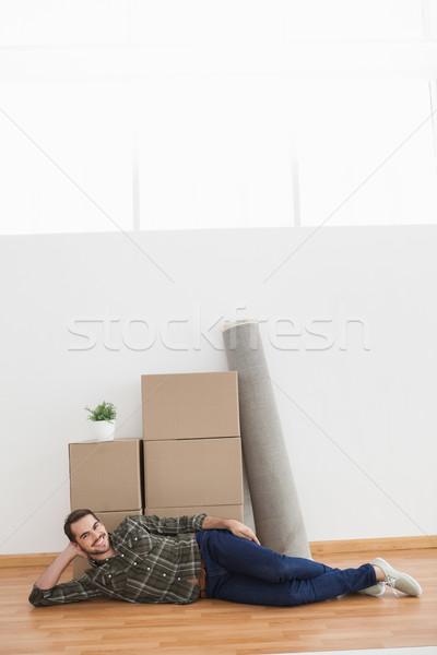 Boldog férfi pózol költözködő dobozok otthon nappali Stock fotó © wavebreak_media