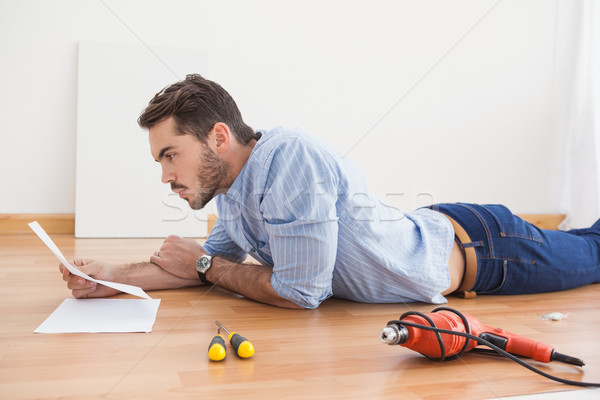 Casual homem leitura instrução manual poder Foto stock © wavebreak_media
