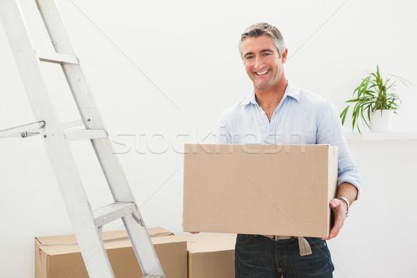 Mosolyog férfi tart kartondoboz következő ház Stock fotó © wavebreak_media