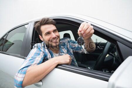 Jonge man glimlachend kaart auto gelukkig Stockfoto © wavebreak_media