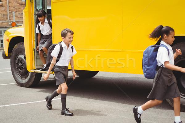 Cute bus scolaire à l'extérieur école élémentaire Photo stock © wavebreak_media