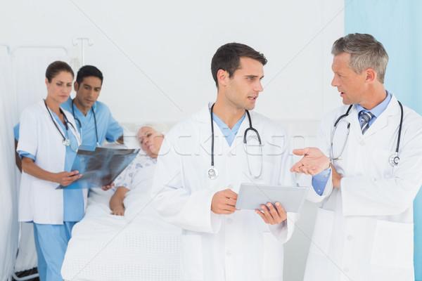Sprawozdanie czytania pacjenta za człowiek lekarza Zdjęcia stock © wavebreak_media