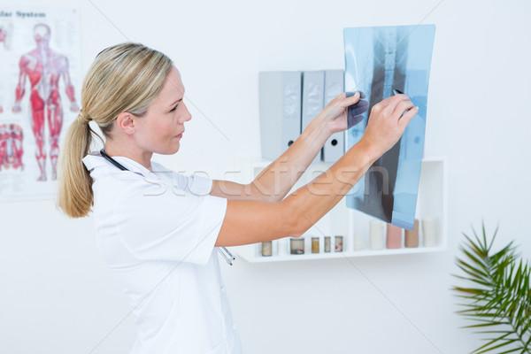 集中する 医師 見える 医療 オフィス 女性 ストックフォト © wavebreak_media