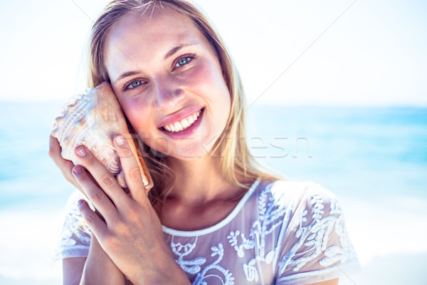 Nő hallgat kagyló tengerpart kezek tenger Stock fotó © wavebreak_media