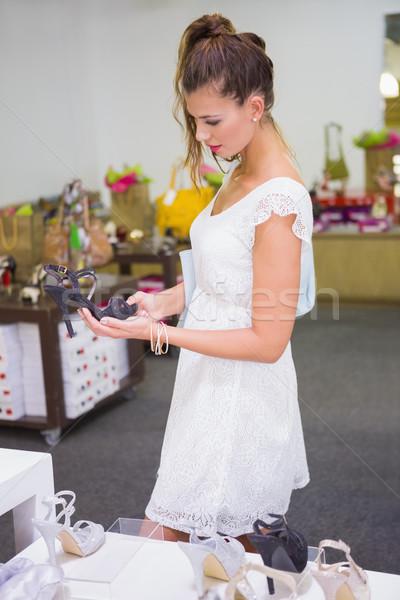 Mosolygó nő néz szandál cipő bolt boldog Stock fotó © wavebreak_media
