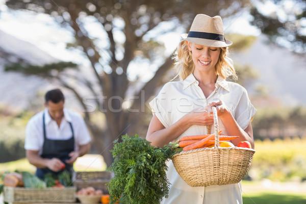 Femme blonde légumes panier locale marché Photo stock © wavebreak_media