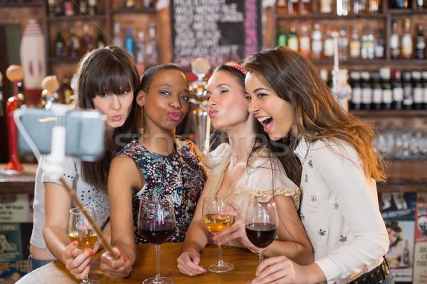 Mutlu kadın arkadaşlar birahane Stok fotoğraf © wavebreak_media