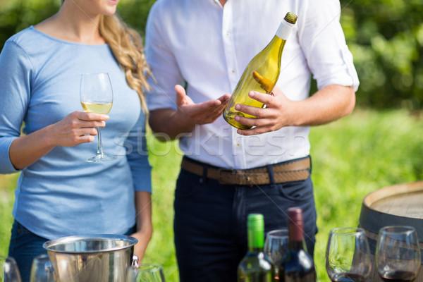 Középső rész férfi mutat borosüveg nő áll Stock fotó © wavebreak_media