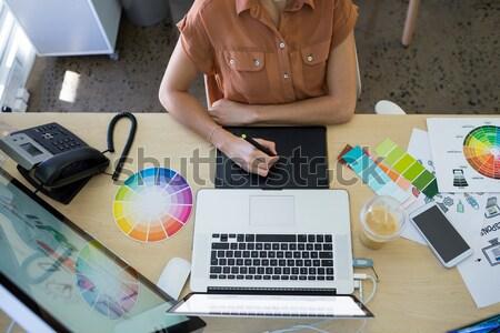 Handen vrouwelijke foto editor met behulp van laptop kantoor Stockfoto © wavebreak_media