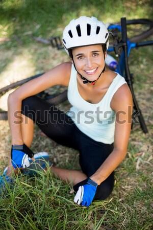 Mujer sonriente teléfono móvil pie árbol forestales tecnología Foto stock © wavebreak_media