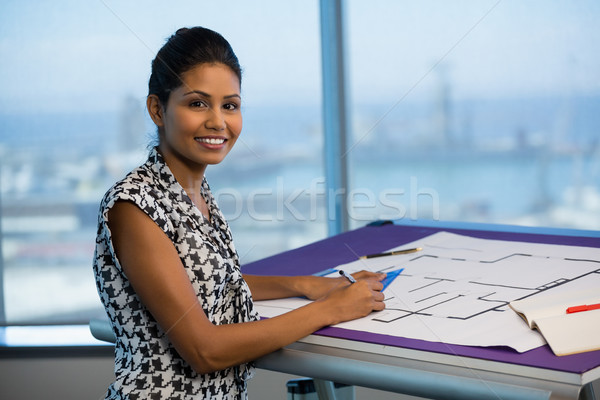 Feminino arquiteto trabalhando diagrama escritório retrato Foto stock © wavebreak_media