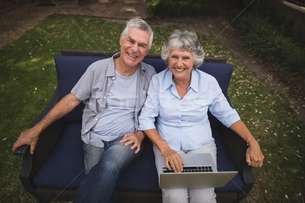 Porträt lächelnd Sitzung Laptop Couch Stock foto © wavebreak_media