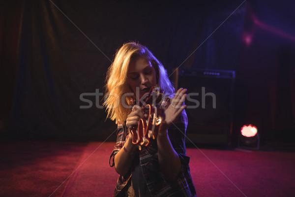 Homme musicien jouer discothèque jeunes femme Photo stock © wavebreak_media