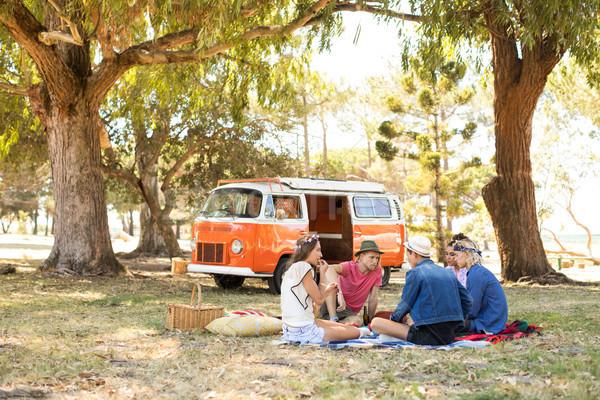 Amigos sesión campo picnic van Foto stock © wavebreak_media