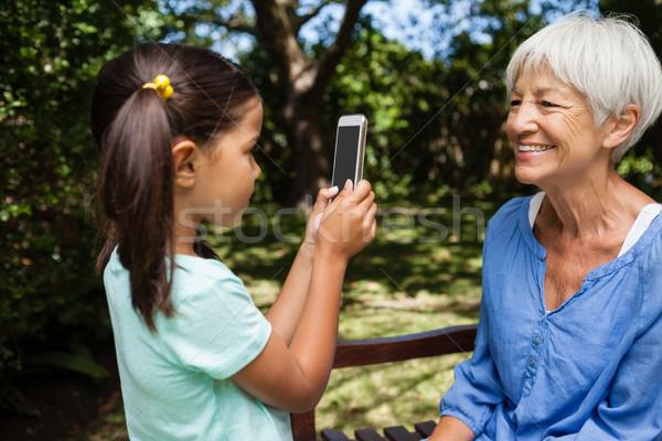Oldalnézet lány elvesz fénykép nagymama ül Stock fotó © wavebreak_media