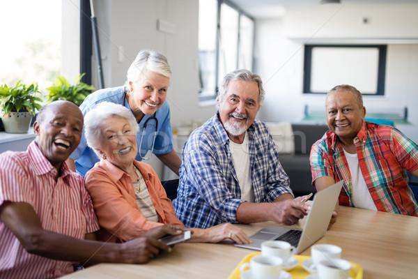 портрет улыбаясь практикующий врач старший люди таблице Сток-фото © wavebreak_media