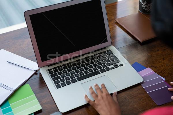 Mano mujer usando la computadora portátil mesa de madera casa tecnología Foto stock © wavebreak_media