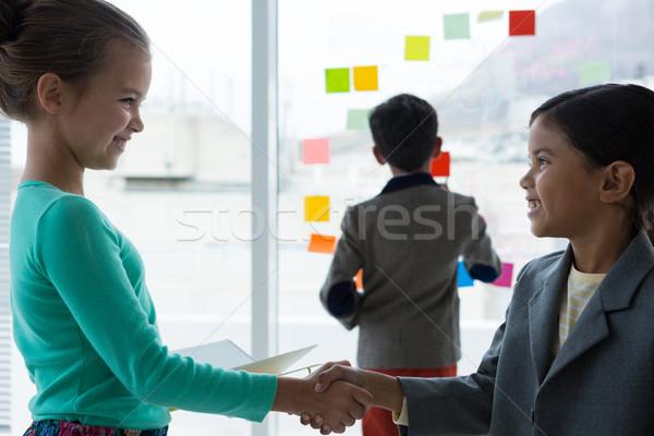 Onderneemsters handen schudden zakenman permanente business kind Stockfoto © wavebreak_media