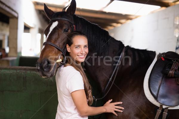 портрет улыбаясь женщины жокей Постоянный лошади Сток-фото © wavebreak_media