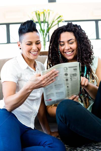 Leszbikus pár olvas újság mosolyog nő Stock fotó © wavebreak_media