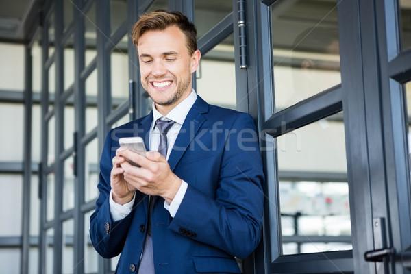 üzletember sms üzenetküldés okostelefon iroda üzlet férfi Stock fotó © wavebreak_media