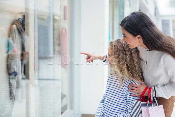 счастливая семья окна Постоянный магазин глядя Сток-фото © wavebreak_media